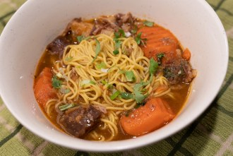 Beef and vegetables stew with ramen noodles