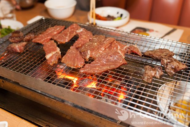 meats on the wire grill at Dae Jang Keum
