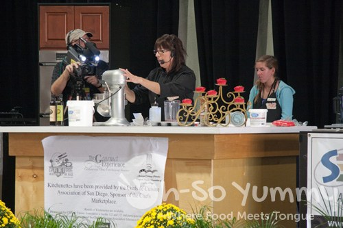 Ro Zinninger cupcake demo at The Gourmet Experience 2011